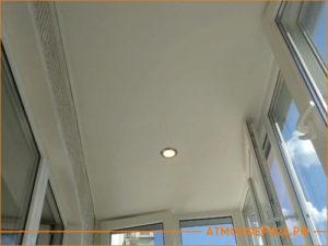 Натяжной потолок на утепленном балкона